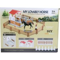 Dostihové centrum s koněm a ohradou černý kůň