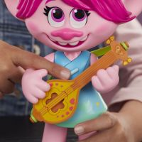 Hasbro Trolls spievajúci figúrka Poppy s rockovým príslušenstvom 3