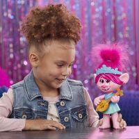 Hasbro Trolls spievajúci figúrka Poppy s rockovým príslušenstvom 4