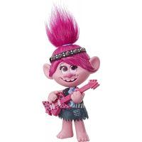 Hasbro Trolls spievajúci figúrka Poppy s rockovým príslušenstvom 2